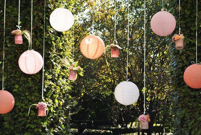 Romantisch! Versier de tuin met lampionnen en vaasjes met bloemen en hang ze aan linten. ❤️ #lampion #lampionnen #romantic #decoration #decoratie #garden #tuin #wedding #trouwen #huwelijk #styling #weddingideas #weddingplanning #weddinginspiration  Hochzeit dekoration, Fete de mariage Lanternes en papier  Hangende lantaarn Bruiloftsborden  Huwelijks ideeen  Paper lanterns