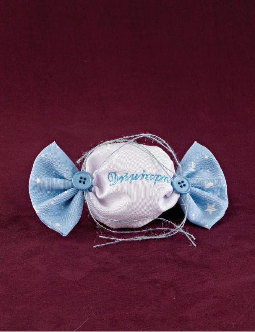 www.mpomponieres.gr Μπομπονιέρα βάπτισης καραμέλα από βαμβακερό ύφασμα λευκό και σιέλ με σχέδια, δεμένη με σπαγκάκια και στολισμένη με κουμπιά που έχει το όνομα κεντημένο. #mpomponieres #bomboniere #baptism #vaptisi #bonbonieres #μπομπονιερες #βαπτισης http://www.mpomponieres.gr/mpomponieres-vaptisis/mpomponiera-gia-agori-karamela-dixromi-me-kentima.html