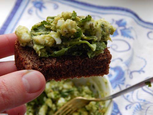 салат из яйца и авокадо с зеленью (лучше всего кинза, но подойдёт и петрушка).  Если хорошенько размять спелое авокадо с яйцом, посолить, поперчить и добавить рубленой зелени, а потом намазать это дело на ломтик бородинского - оу йес!