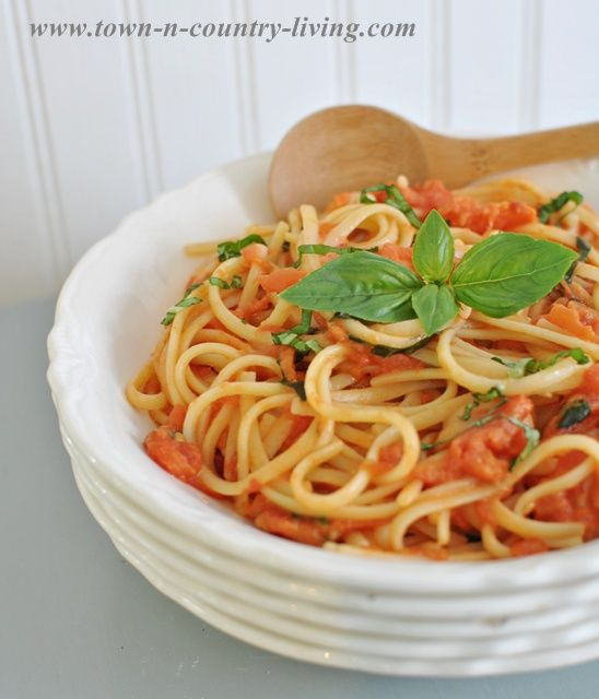 ... Tomatoes Sauces, Basil Recipe, Garlic Oil, Basil Garlic, Spaghetti