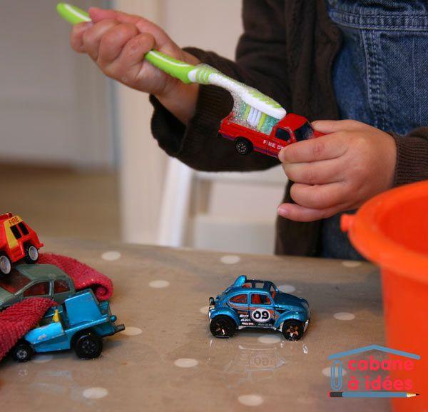 jeu de bébé : lavage de petites voitures