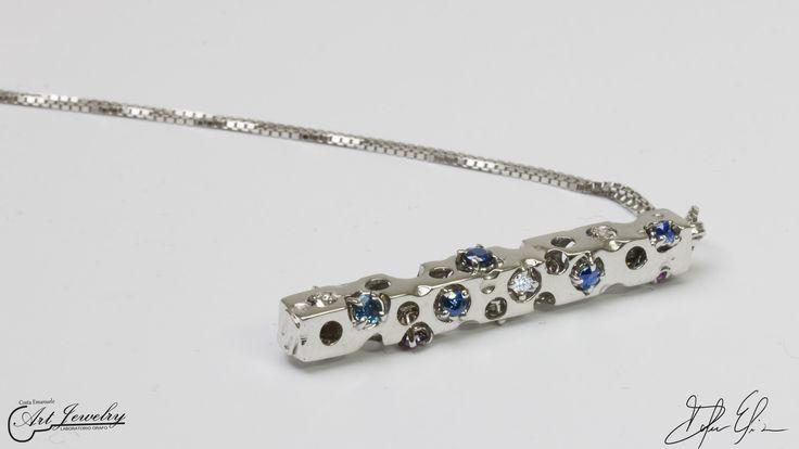 Ciondolo realizzato in oro bianco ed impreziosito da diamanti, rubini e zaffiri. #whitegold #gold #diamonds #ruby #sapphire #artjewelry #jewels https://www.instagram.com/costaemanuele_artjewelry/ https://www.facebook.com/gioiellicosta/