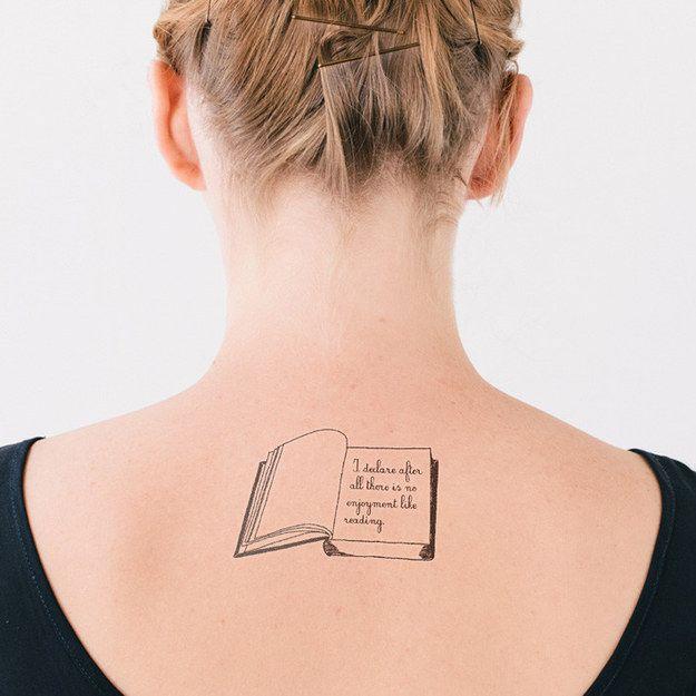 Stolz und Vorurteil #Tattoo #Bücher #Buch #Buchliebe #Lieblingsbuch #Literatur #booknerd #lesen #aufgeschlagen #Seite #Schrift #Zitat #Nacken #Rücken