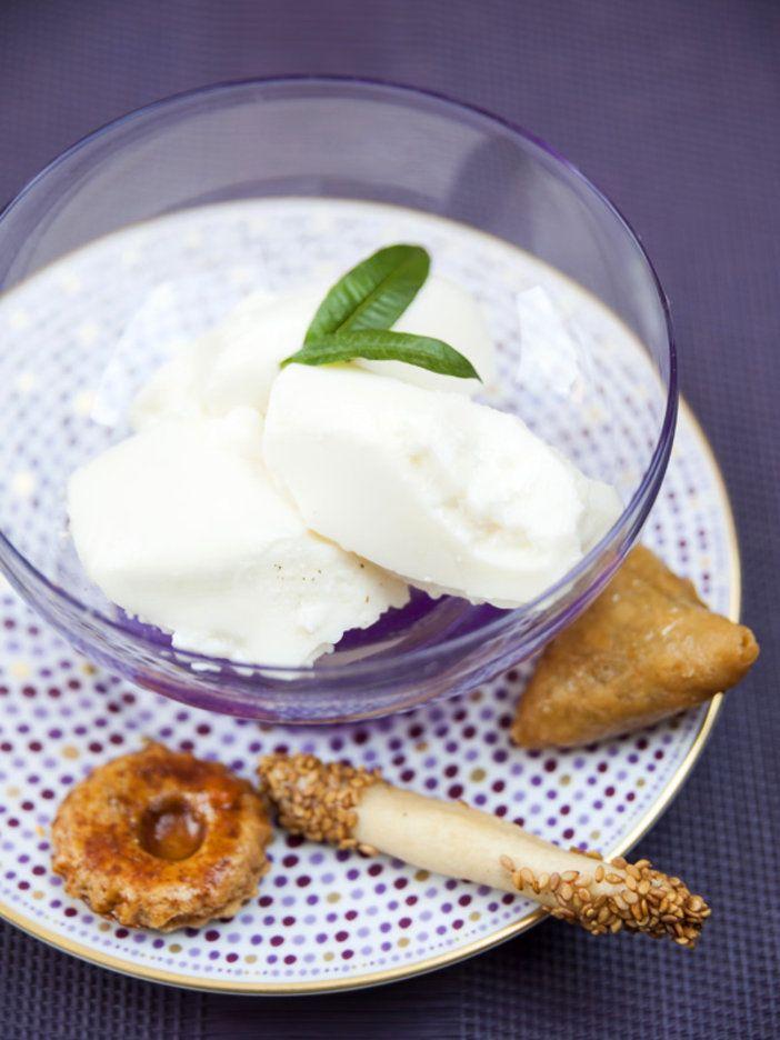 フランス人が愛するハーブ、ヴェルヴェンヌ(英語名はレモン・バーベナ)は、モロッコで「ルウィザ」と呼ばれハーブティーとして飲まれている。風邪のひき始めに、フレッシュなヴェルヴェンヌをホットミルクに入れて飲む人も。ここでは優しい甘さのはちみつを加えて、ミルクゼリーにアレンジ。|『ELLE a table』はおしゃれで簡単なレシピが満載!