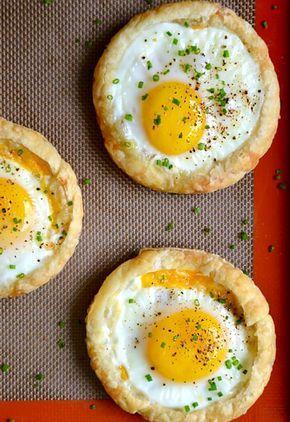 Рецепт с пошаговыми фото. Запеченные яйца с сыром на слоеном тесте. Вкусно и легко приготовить. Завтрак. домашняя кухня.