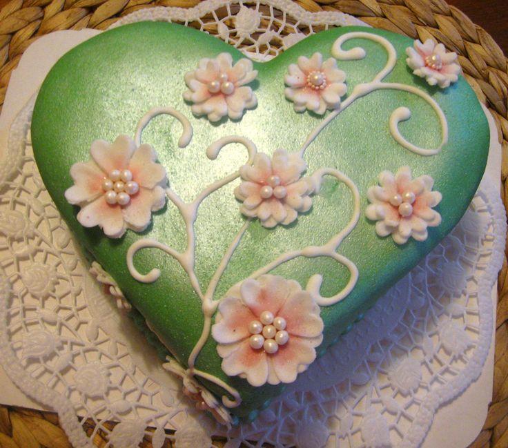 Zelený perleťový dort ve tvaru srdce Green pearl heart cake