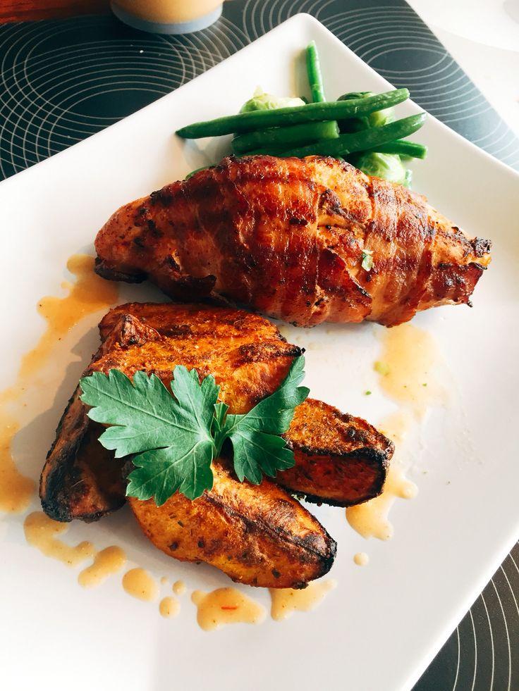 Kyllingfilet som e fylt me krydderost,gressløk å blad persille. Serveres med chili poteter,hjemmelaget kyllingsaus å grønnsaker   Chilipoteter   3 poteter i båter  Halv  Ts chilipulver  Halv Ts paprikapulver  1 Ts potetkrydder (kjøpt på invaderer butikk) 1 ss oliven olje  Salt & pepper etter ønske  Ha alle ingrediensene i en plastisk pose vend potetene i ingrediensene å legg potetbåtene i en ildfastform. Inn i ovnene på 220 grader i ca 30 min, bruk gjerne grill i 2-3 min helt i slutten for…