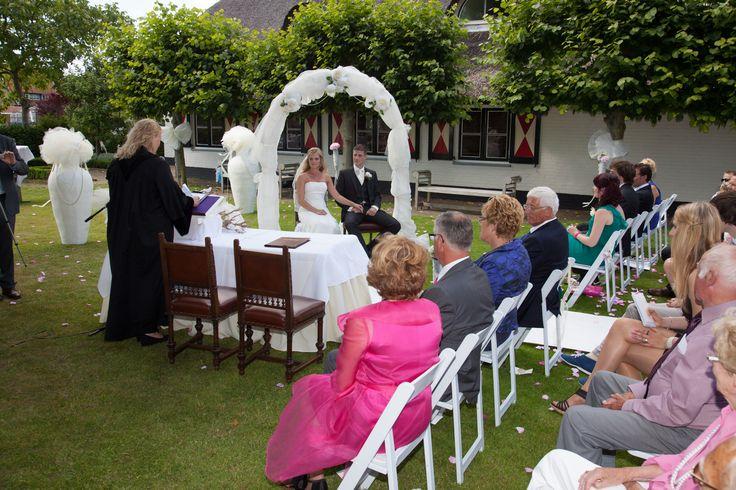 Mooie boog tijdens ceremonie. Te huur bij www.defeesttuin.nl