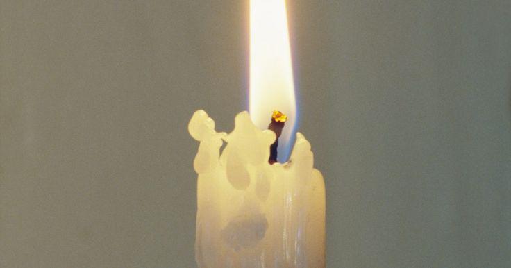 Cómo quitar cera de los muebles de madera. Así que no pensaste bien en cómo colocaste tus velas la temporada festiva pasada y la colorida cera de tus decorativas y el olor delicioso de las velas goteó sobre la mesa antigua de roble de tu abuela. Estabas tan apurada para recibir a las visitas que ni siquiera pensaste en poner las velas sobre un plato o cubrir la mesa con una mantel. No ...
