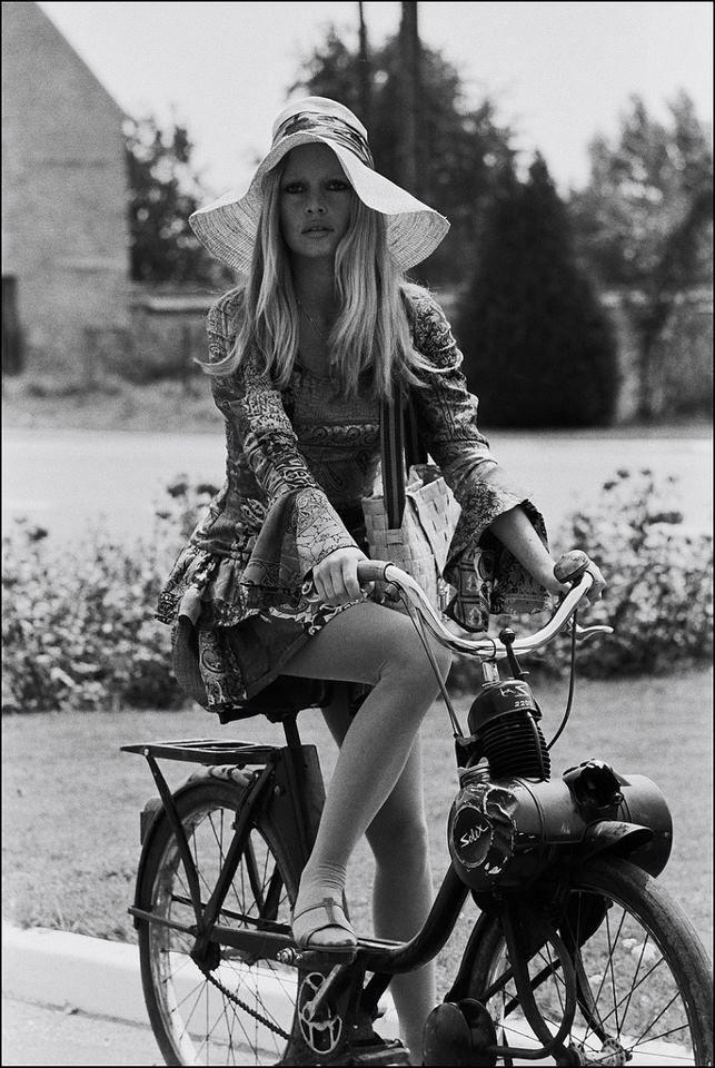 Brigitte Bardot ... riding a Solex !