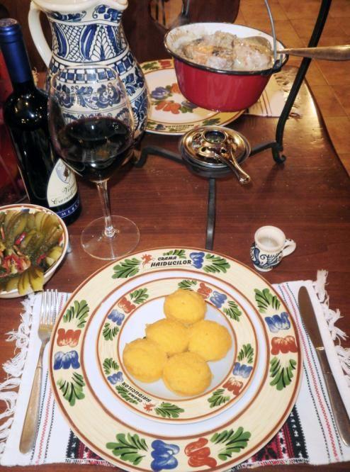 Tocanita saseasca de iepure servita la ceaun cu mamaliguta