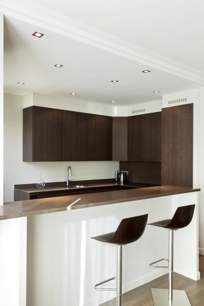 cuisine ouverte sur le salon d tail des spots au plafond faux plafond pour marquer l 39 espace. Black Bedroom Furniture Sets. Home Design Ideas