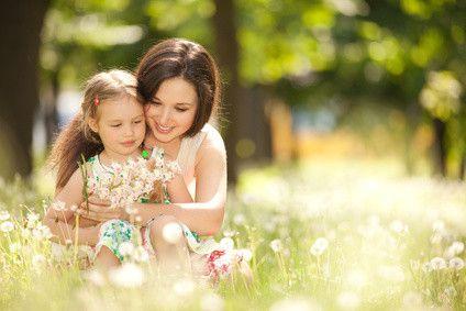Das Zugpferd der Familie Gläubig – Mutter Gisela – kennst Du bereits. Wir haben von ihrem Leben als Mutter und spirituelle Beraterin im ersten Teil unserer Familienserie erzählt. Nun möchten wir Giselas Rolle als Mutter betrachten. Denn genau diese stellt für sie eine enorme Herausforderung dar. #familie #generationenkonflikt #spiritualität