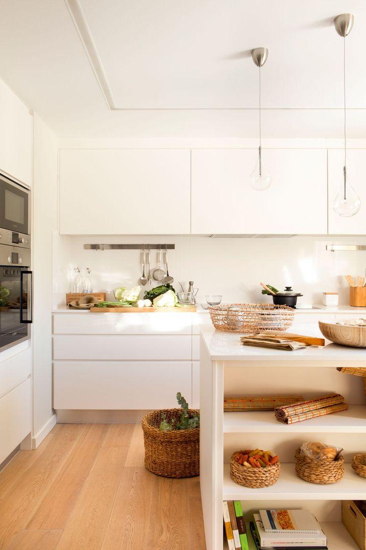 00423933. Cocina en blanco con frentes lisos y suelo de madera 00423933