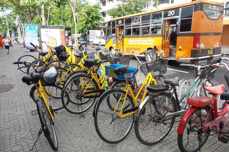 Co van Kessel tour, Bangkok, Thailand (dag 2) // Om 7 uur in de ochtend zaten wij op ons fietsje om Bangkok op twee wielen en vanaf het water te verkennen. Dit raden wij zeker iedereen aan. Je komt echt door de smalste steegjes, op de leukste plekjes en ervaart ook de rust buiten het centrum. En het eten wat er bij in begrepen zit, was echt heerlijk!