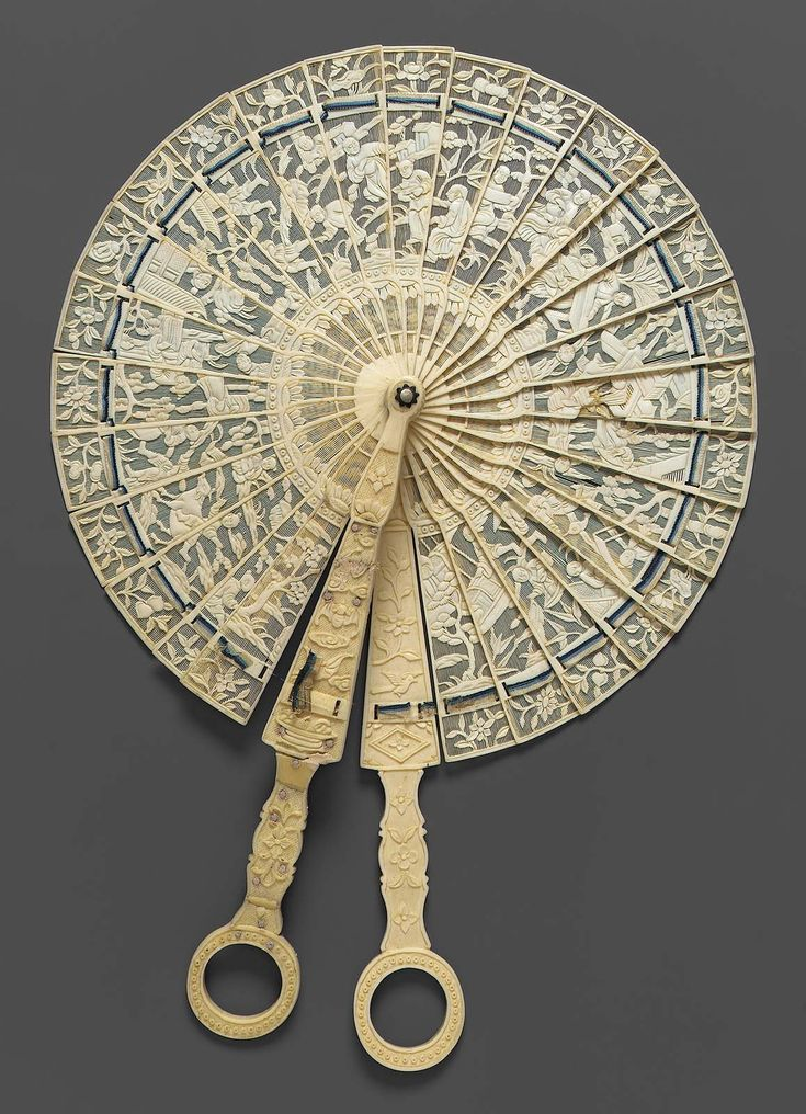 1790, China for export - Circular fan - Carved and pierced ivory sticks, white and dark and light blue silk connecting ribbon