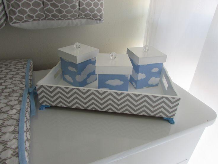 Kit higiene com os potinhos forrado com tecido 100% algodão ,pode ser decorado nos tons do seu kit , peça de madeira 100% MDF laqueado medi 25cm x 35cm x 7 cm ,com 3 potinhos.