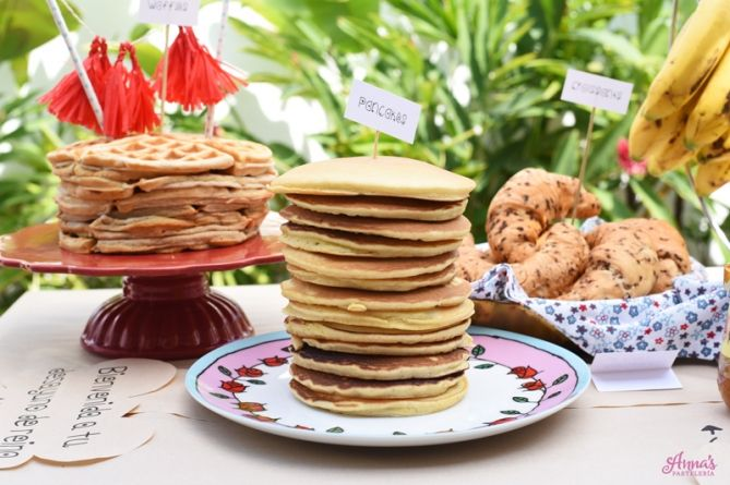 Bar de Waffles, Croissants y Panquecas (panqueques, pancakes, tortitas), idea genial de desayuno o brunch para el dia de las madres o un cumpleaños en casa, súper fácil y bonito! Es del blog www.annaspasteleria.com donde además se pueden descargar GRATIS todos los identificadores para hacer la mesa! - Waffle and pancake bar with free printables!! Great idea to use as a mother's day gift, for breakfast or brunch!. It can also be used as a birthday party!