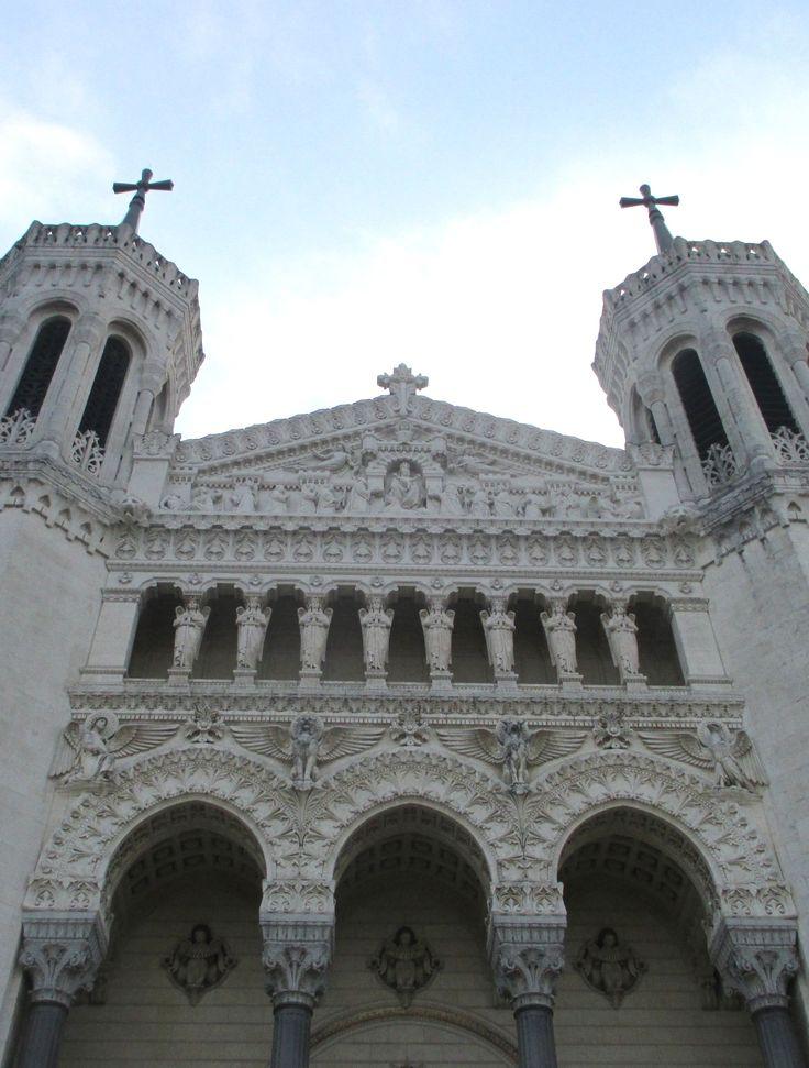 Avec son #architecture de style #néobyzantin, la #basilique de la Fourvière surplombe la ville de #Lyon !   #France #basilica #architecture #church #monument #tourism #visitingFrance