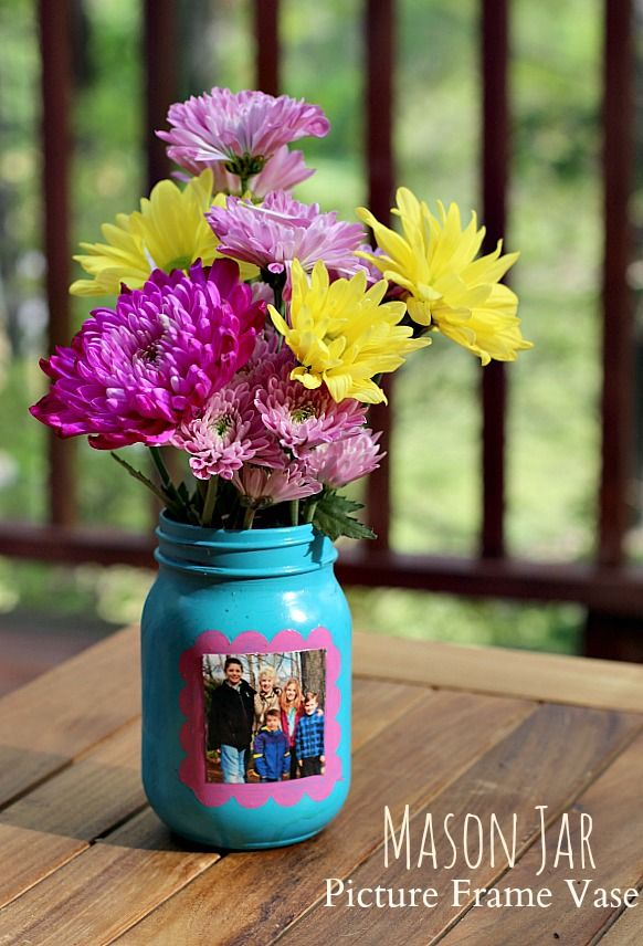This Mason Jar PIcture Frame Vase is a great craft for kids and is sure to make mom smile!