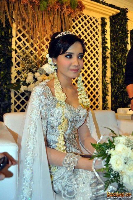 Tidak seperti lainnya, sanggul Zaskia Sungkar yang tradisional diberi kesan cantik dengan membiarkan poninya turun.