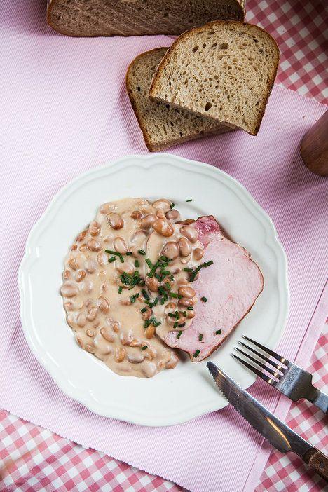 K fazolové omáčce a uzenému se skvěle hodí čerstvé pečivo; Jakub Jurdič