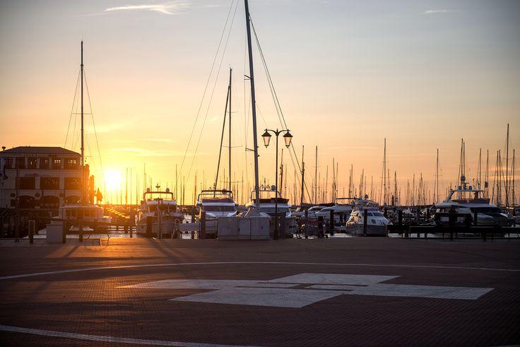 """Über den #Warnowkanal """"gesprungen"""": der Yachthafen Hohe Düne bei #Sonnenuntergang"""