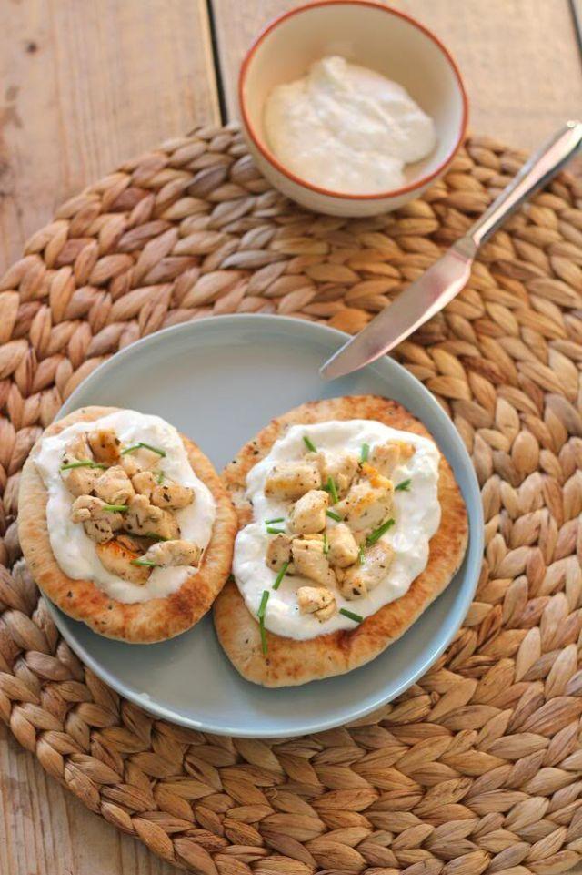 Na de Mexicaanse- en de pizza naanbroodjes hebben we de naanbroodjes met tzatziki en kip gekruid met oregano en citroensap. Serveer de naanbroodjes als uitgebreide lunch of als bijgerecht bij het avon
