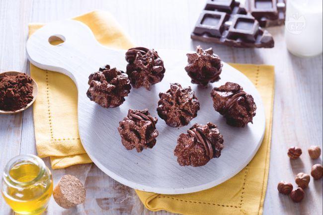 I Baci di Alassio sono dei tipici dolcetti della Liguria a base di nocciole e cacao che racchiudono una delicata ganache al cioccolato!