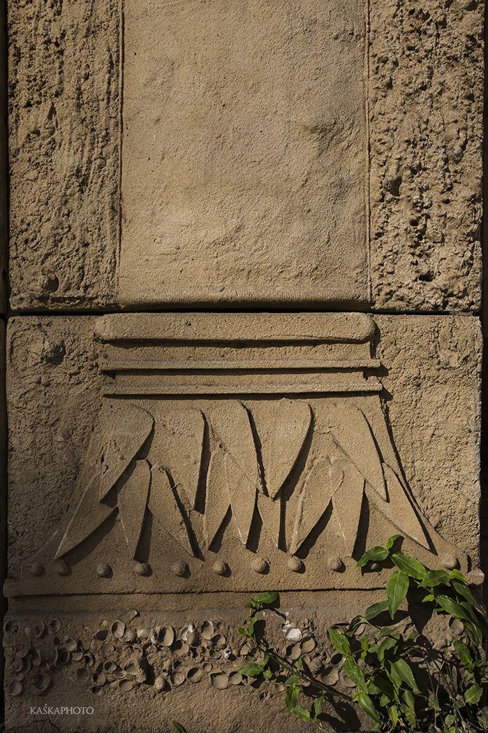 """The Crazy House"" in Tel Aviv photo by Kaśka Sikora #architecturaldetails #columns #sculpture #reliefs #crazyHouse #TelAviv #Sikora #KaśkaSikora"