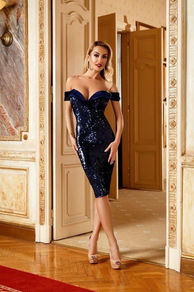 """O culoare spectaculoasa si eleganta pentru o seara speciala! Fie ca ai petrecere de Craciun, Revelion sau nunta, aceasta rochie MIDI bleumarin din paiete este dovada perfecta ca """"less is more"""". Simplitatea acestei rochii din paiete avand topul pe umeri cu cupe push-up acoperite cu paiete si catifea si un decolteu sexy in """"V"""", dar si spatele decoltat in forma ovala face ca tu sa fii revelatia serii! Poart-o impreuna cu sandale sau pantofi stiletto de catifea pentru a intregi aspectul…"""