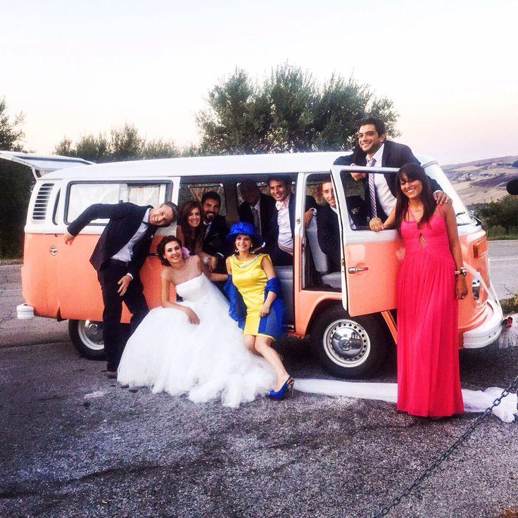 Il Pulmino Volkswagen t2 rosa pesca è la new entry della famiglia Alfie Autoeventi ! Il rosa pesca è una nuance calda che nasce dall'incontro del rosa con l'arancio. Un colore delicato, raffinato, giovane e frizzante, ideale come tema delle nozze. Perfetto per creare un'atmosfera romantica e allegra. ❤️