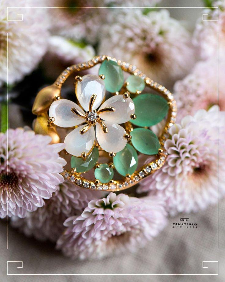 Это эффектное кольцо необычной формы результат смелой фантазии и мастерства ювелиров. Слияние розового золота и бриллиантов подчеркнут Ваш стиль и индивидуальность. А полудрагоценные камни - перламутр и перидот придают украшению дополнительное очарование притягивая взгляды своей чарующей красотой!  Розовое золото вес  911 гр. проба -750  Бриллианты 037 к./ 56 шт. Перидот 375 к./7 шт. Перламутр 376 к./5 шт.  #jewellery #giancarlogioielli #earrings # beauty #vscogood #vscobaku #vscocam…