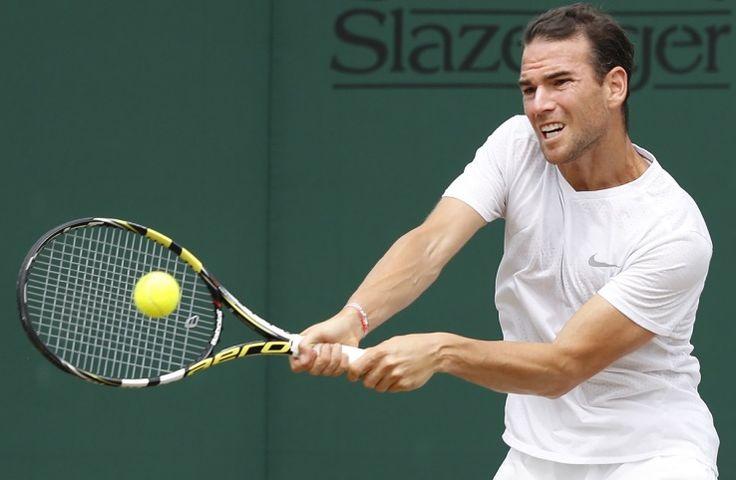 Il n'y a plus de Français à Wimbledon. Après un sursis accordé par l'obscurité ce lundi soir, Adrian Mannarino était le dernier tricolore en lice. Mais il n'ira pas plus loin que les 8es de finale, puisqu'il a été battu en trois sets par Novak Djokovic (6-2, 7-6, 6-4). Face au n°2 mondial, le Francilien a résisté, et même mené 4-2 dans le tie-break du 2e set, mais a fini par craquer. Djokovic face à Berdych Le Serbe, vainqueur à Wimbledon en 2011, ...
