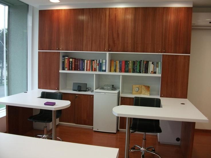Biblioteca en duotono, con puertas enchapadas en madera natural. Escritorios enchapados en lamitech blanco, patas de acero inoxidable.