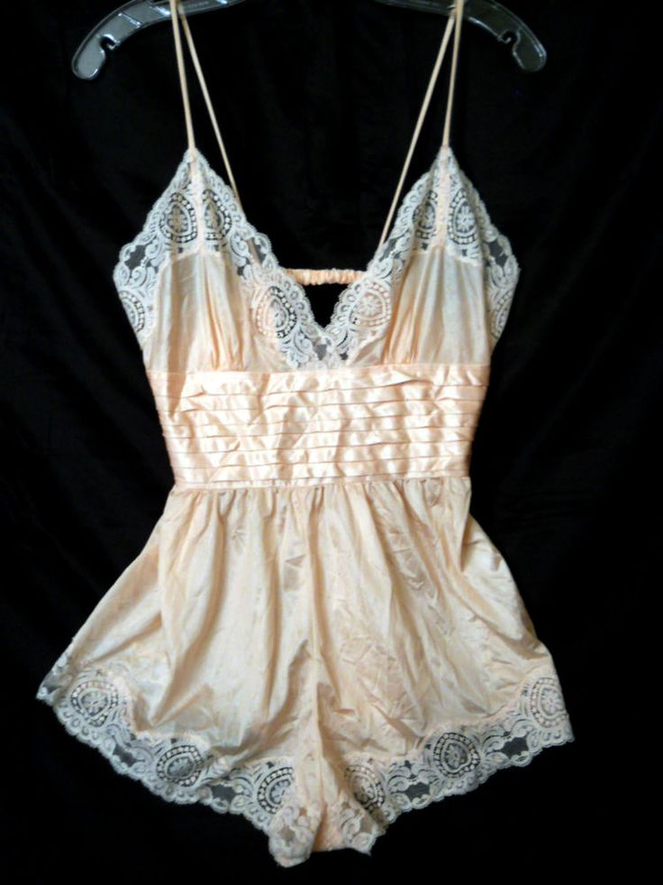 Vintage One peace Nightwear! Waist, V cleavage, lace, girly.