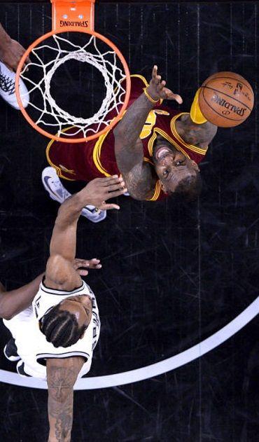 Mecz Cleveland Cavaliers z San Antonio Spurs. Z piłką LeBron James.