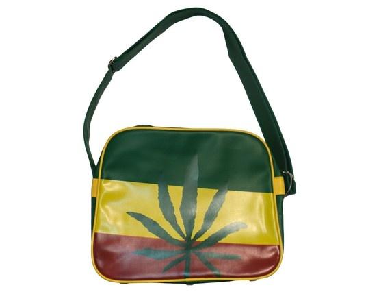 #Tracolla #Rasta: particolare borsa a tracolla che richiama l'attenzione per via dei colori (presi dalla tradizionale #bandiera_etiope o #rasta) su cui spicca una foglia di #marijuana. Di ottima qualità, la tracolla ha una tasca interna dotata di zip ed è interamente fatta in PVC. Ottima anche come #idea_regalo.