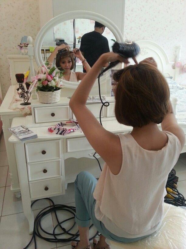 Persiapan Rina Nose sebelum melakukan shooting di Showroom kami