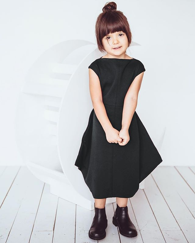 """Теперь """"квадратное"""" платье доступно в магическом чёрном цвете! Размеры 98-122. Цена 2099₽. #minima_lis #madeinrussia #чёрный #длядетей"""