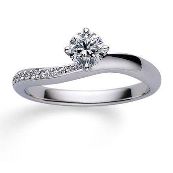 緩やかなカーブにあしらわれたダイアモンドが優しい印象。 *エンゲージリング 婚約指輪・ミキモト一覧*