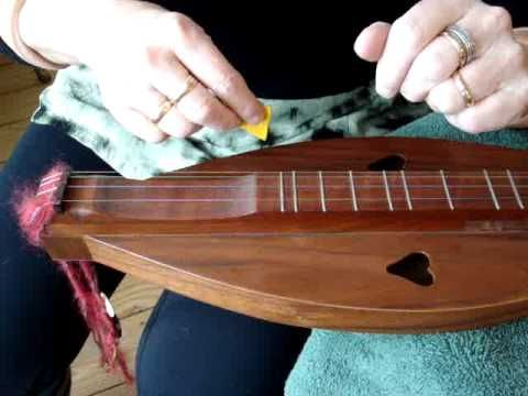 For beginners learning to play Appalachian mountain dulcimer in the old traditional style, starting your first strumming pattern. Choosing strum direction and practicing strumming rhythm.  This video is part of my traditional mountain dulcimer noter and drone playing BLOG for beginners:  http://dulcimer-noter-drone.blogspot.com/    Come join us ...