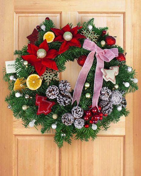 Coronita de Craciun cu accesorii rosii si albe.  Christmas door wreath with red and white accessories.