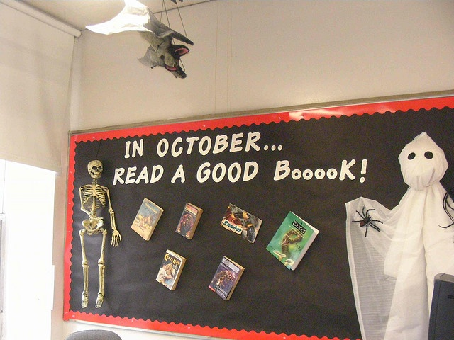 October reading bulletin board - Read a Good Boooook! Perfect for our Halloween library display.