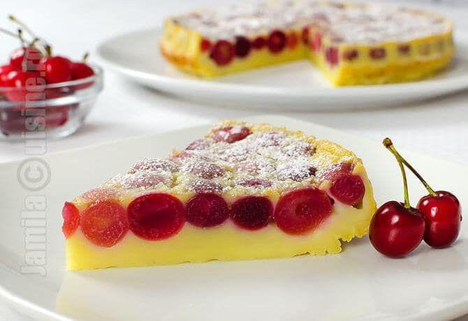 Clafoutis cu cirese este o prajitura frantuzeasca, densa, o combinatie intre o prajitura si o budinca, dar extrem de aromata si proaspata datorita fructelor