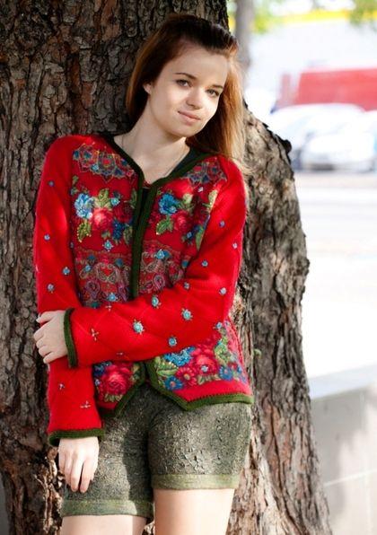 Жакет Красные розы вязание нунофелтинг Павловопосадский платок. Теплая демисезонная куртка полностью двухслойная - один слой вязаного вручную трикотажного полотна, второй - нуновойлок на основе павловопосадского платка и лоскут павловопосадского платка 'Цветочная карусель'.
