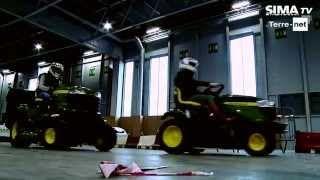 Course de tracteurs tondeuses John Deere au SIMA avec Terre Net à Paris. Teasing pour le Salon Mondial des Fournisseurs de l'Agriculture et de l'Élevage 2015.