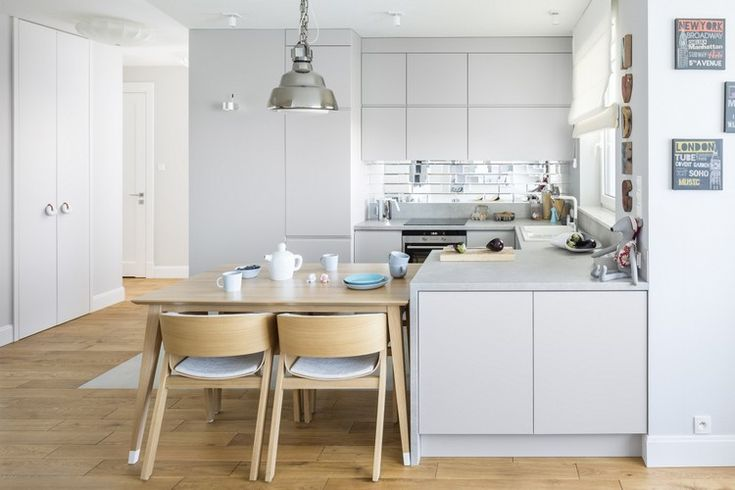 weiße Raffrollos für seidengraue Küche