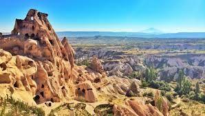 KAPADOKYA  60 milyon yıl önce Erciyes, Hasandağı ve Güllüdağ'ın püskürttüğü lav ve küllerin oluşturduğu yumuşak tabakaların milyonlarca yıl boyunca yağmur ve rüzgar tarafından aşındırılmasıyla ortaya çıkan bölge.İnsan yerleşimi Paleolitik döneme kadar uzanmaktadır. Hititler'in yaşadığı topraklar daha sonraki dönemlerde Hrıstiyanlığın en önemli merkezlerinden biri olmuştur.