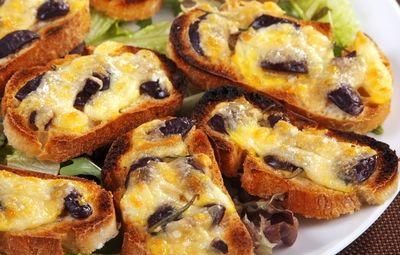 Le Bruschette con olive e mozzarella sono un gustoso antipasto dal tipico gusto…